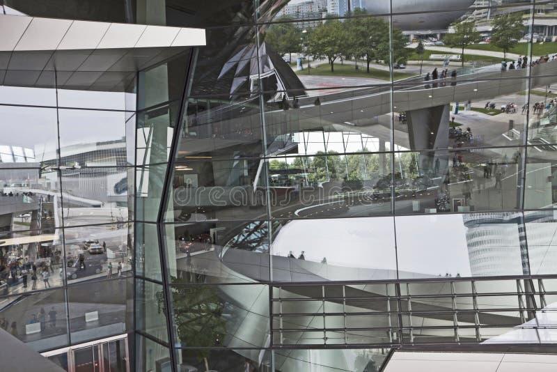München, Duitsland - bezinningen over de glasvoorgevel van BMW-Wereld royalty-vrije stock afbeelding