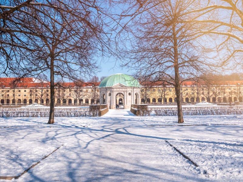 München, Duitsland, de wintermening met sneeuw van Hofgarten om paviljoen in de barokke tuin Zonnige de gloed blauwe hemel van de royalty-vrije stock foto's