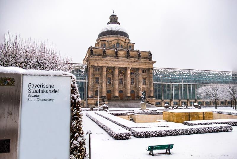 München, Duitsland - Februari 17 2018: De Beierse die Kanselarij van de Staat onder de sneeuw wordt behandeld stock afbeelding