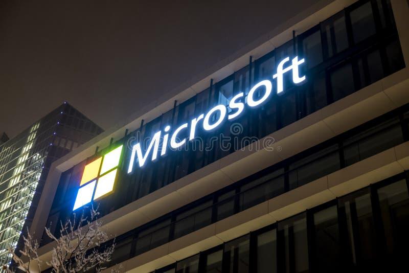 München, Duitsland - Februari 17 2018: Het Duitse hoofdkwartier van Microsoft wordt gevestigd dicht bij de Hightlight-Torens als stock foto's