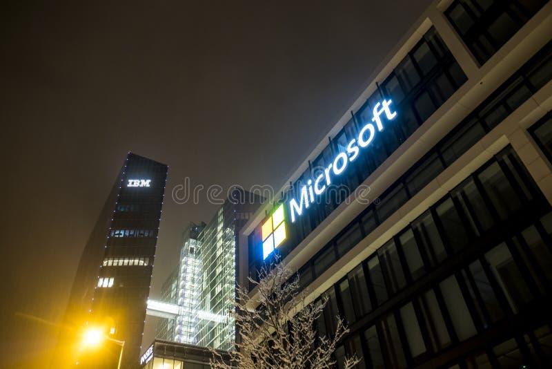 München, Duitsland - Februari 17 2018: Het Duitse hoofdkwartier van Microsoft wordt gevestigd dicht bij de Hightlight-Torens als stock fotografie