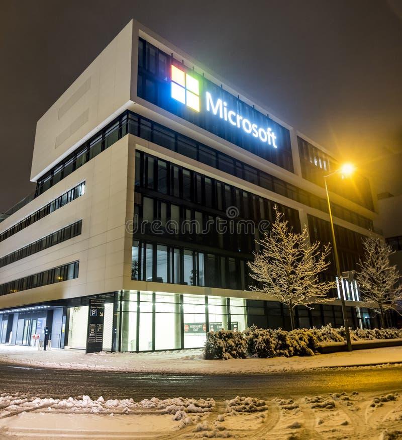 München, Duitsland - Februari 17 2018: Het Duitse hoofdkwartier van Microsoft wordt gevestigd dicht bij de Hightlight-Torens als royalty-vrije stock foto's