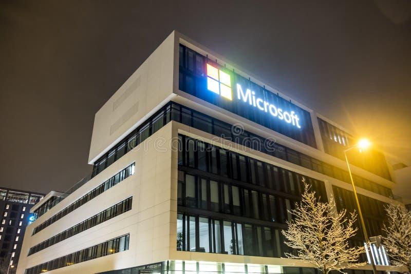 München, Duitsland - Februari 17 2018: Het Duitse hoofdkwartier van Microsoft wordt gevestigd dicht bij de Hightlight-Torens als stock afbeeldingen