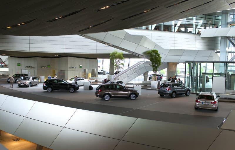 MÜNCHEN, DUITSLAND - JUNI 1, 2012: BMW-auto's bij BMW-Wereldtoonzaal worden voorgesteld in München, Duitsland dat royalty-vrije stock fotografie