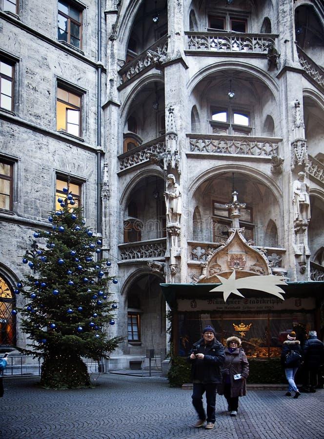 München, Duitsland - Kerstboom en voederbak in stadhuisbinnenplaats royalty-vrije stock afbeelding