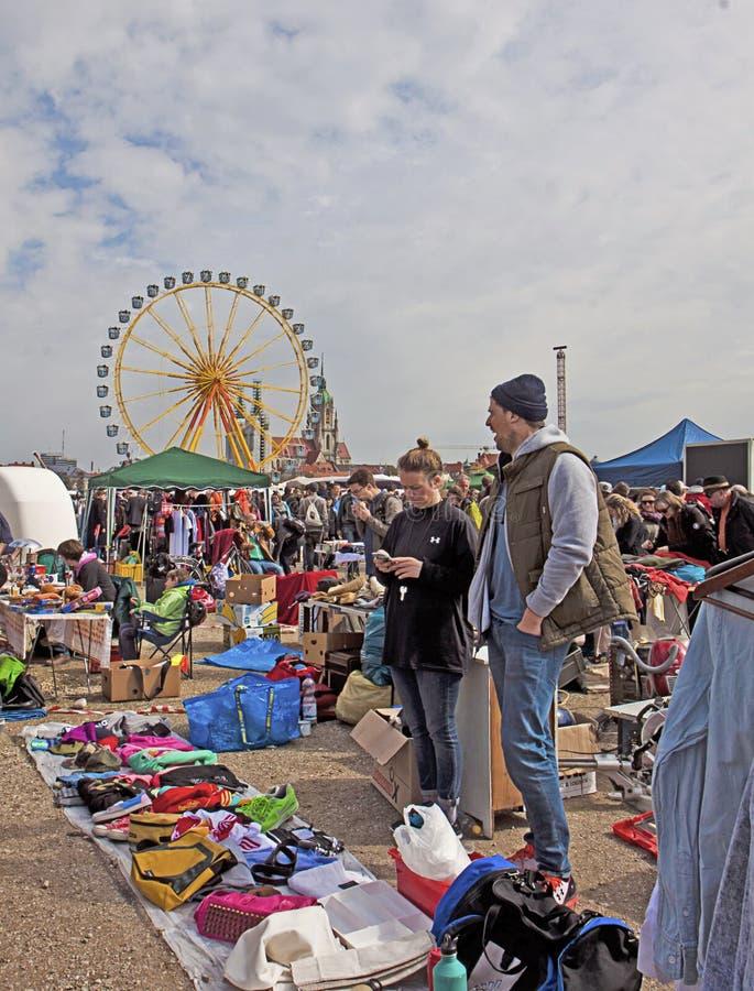 MÜNCHEN Duitsland - Openlucht reuzevlooienmarkt royalty-vrije stock afbeeldingen