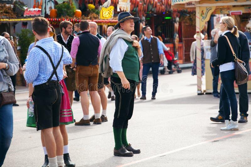 München, 27 Duitsland-September, 2017: Mens in traditionele Beierse de broekgang van het klerenleer op Oktoberfest stock fotografie