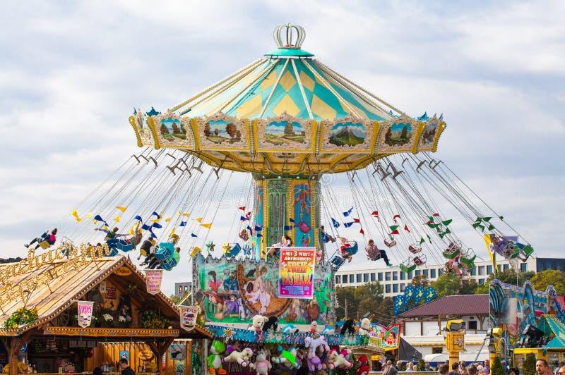 München, 27,2017 Duitsland-September: Mensen bij de carrousel in motie op Oktoberfest royalty-vrije stock afbeelding