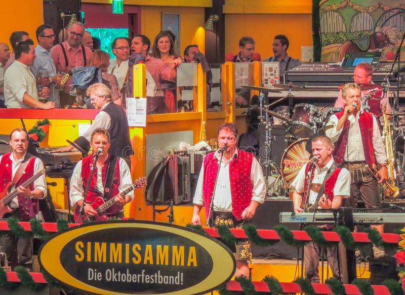 München, Duitsland - 23 September 2013 Oktoberfest in de tent Hippodrom handelt octoberfestband Simmisa royalty-vrije stock afbeeldingen