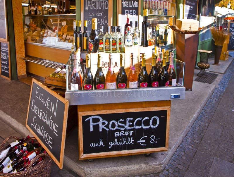 München, Duitsland Wijnwinkel met Italiaanse wijnen op vertoning royalty-vrije stock foto