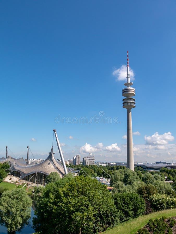 München Fernsehturm und Schwimmenhalle stockbilder