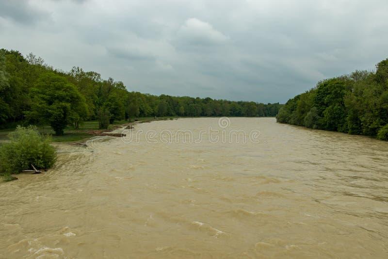 München, Isar, brudermuehlbruecke, MAI 22, 2019: tiefer Axel des Sturms überschwemmt das Isar in München lizenzfreie stockfotos