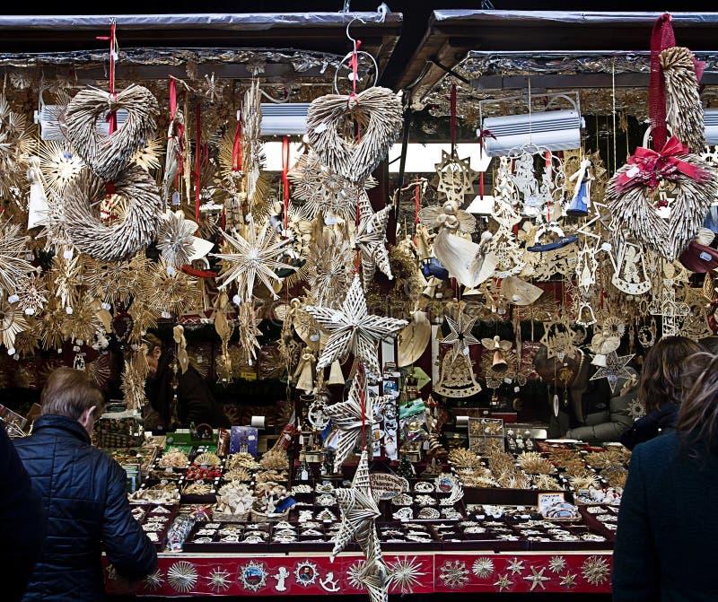 München, Kerstmismarkt, decoratie van het kiosk de verkopende stro stock fotografie