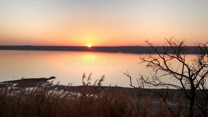 Mündung Kuyalnik bei Sonnenuntergang lizenzfreie stockbilder