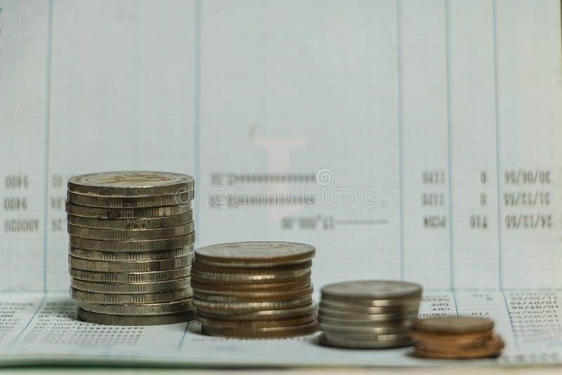 Münze auf Sparguthaben Sparbuch lizenzfreie stockbilder