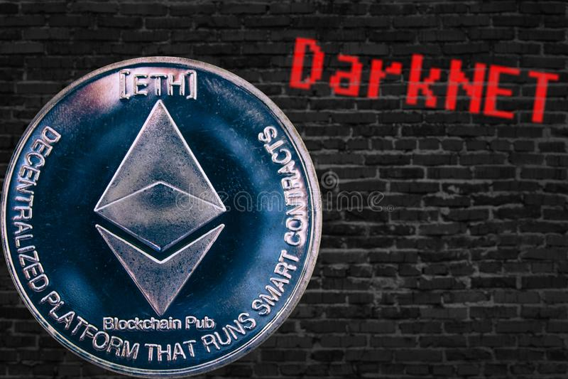 Münze cryptocurrency Ethereum ETH und schwarze Ziegelsteinwand Darknet stockfotografie
