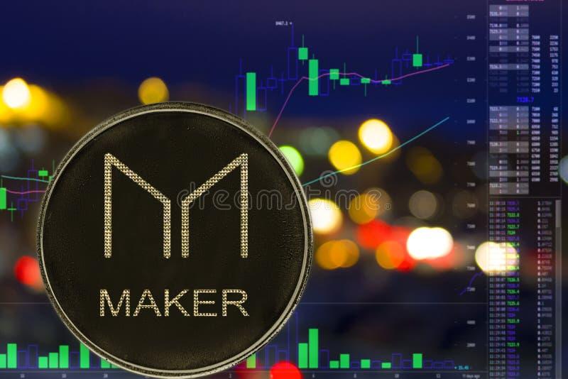 Münze cryptocurrency Hersteller MKR auf Nachtstadthintergrund und -diagramm lizenzfreie abbildung