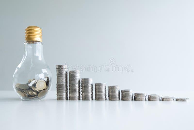 Münze in der Glasflaschenbank mit Münzenbalkendiagramm lizenzfreie stockfotografie