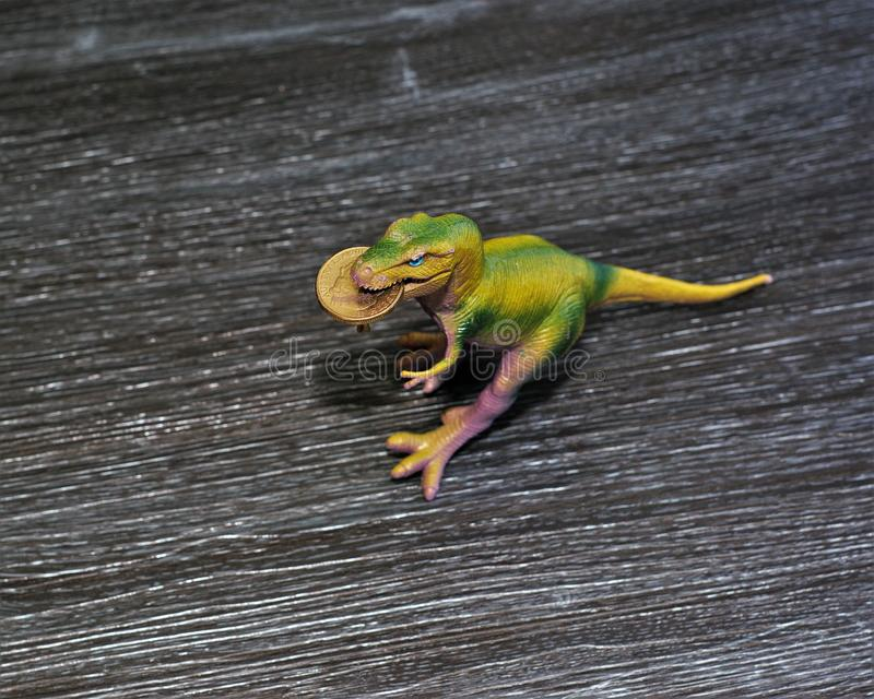 Münze des australischen Dollars in Dinosaurier ` s Mund lizenzfreie stockfotografie