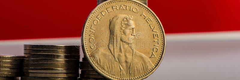 Münze des Schweizer Franken, die auf einem Stapel Münzen liegt lizenzfreie stockfotos