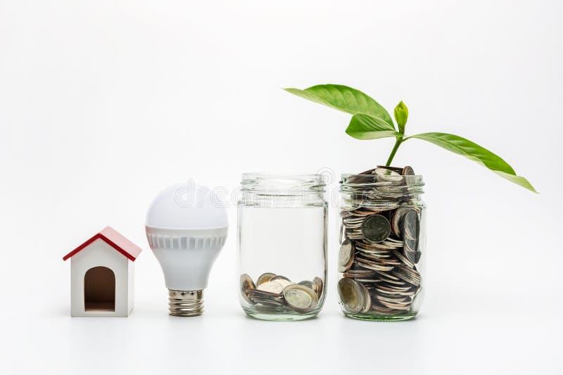 Münze in einem Glas mit Energieeinsparung lizenzfreies stockbild
