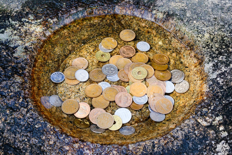 Münzen auf dem Teich am Tempel in Takayama, Japan lizenzfreie stockfotos