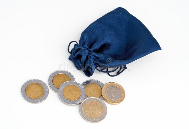 Münzen aus dem Beutel heraus lizenzfreie stockbilder