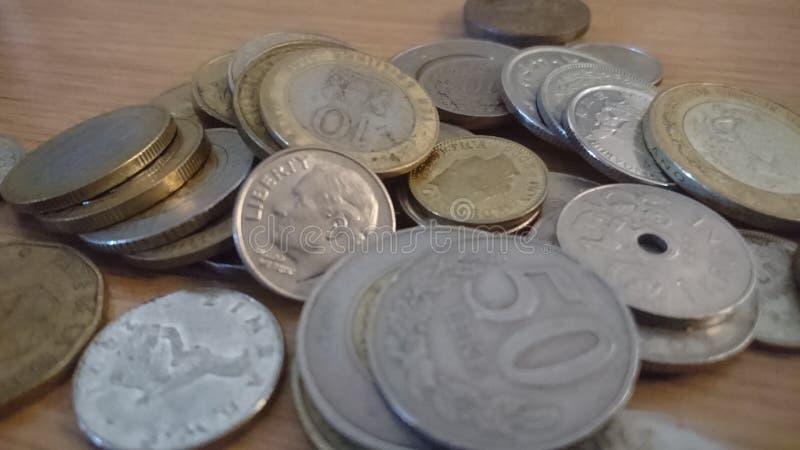 Münzen aus der ganzen Welt stockfotografie