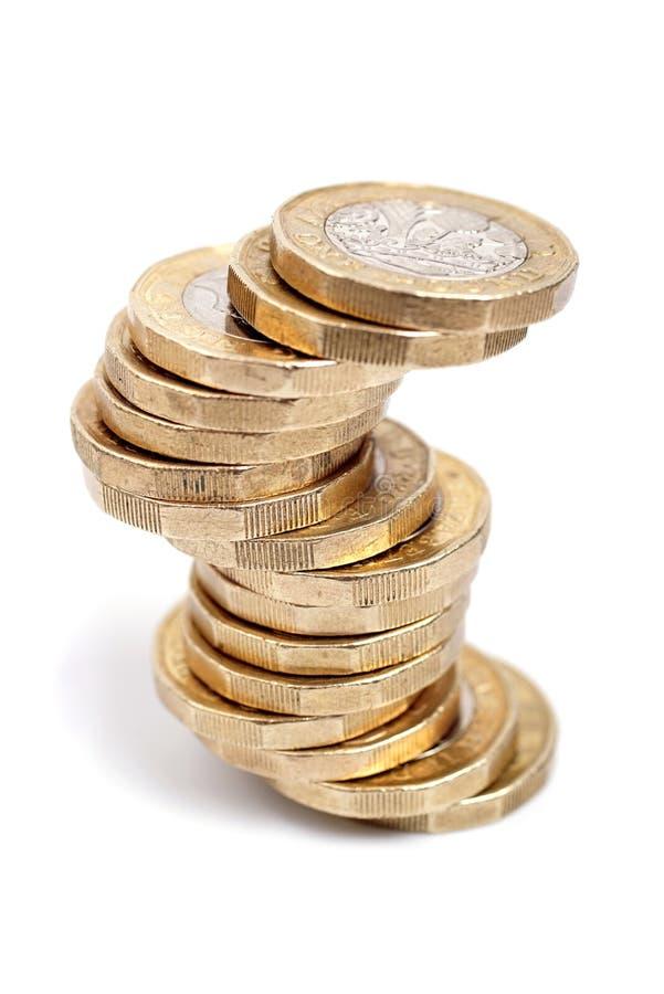 Münzen des britischen Pfunds auf weißem Hintergrund stockfotografie