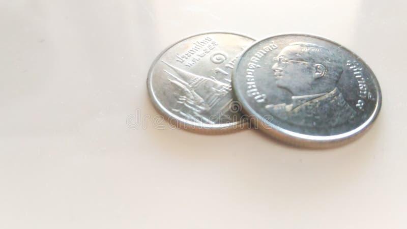Münzen des thailändischen Baht werden auf einen weißen Hintergrund gesetzt lizenzfreie stockbilder