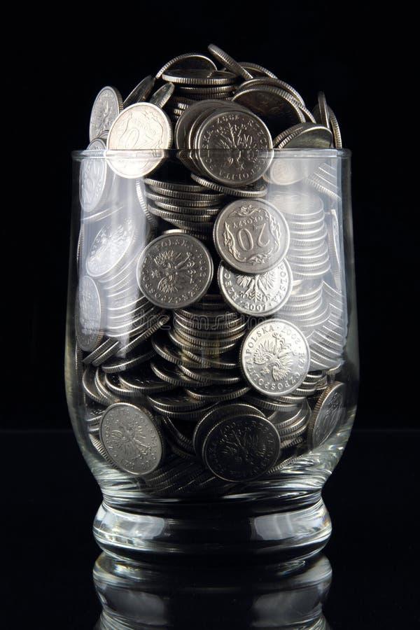 Münzen im Glas lizenzfreie stockbilder