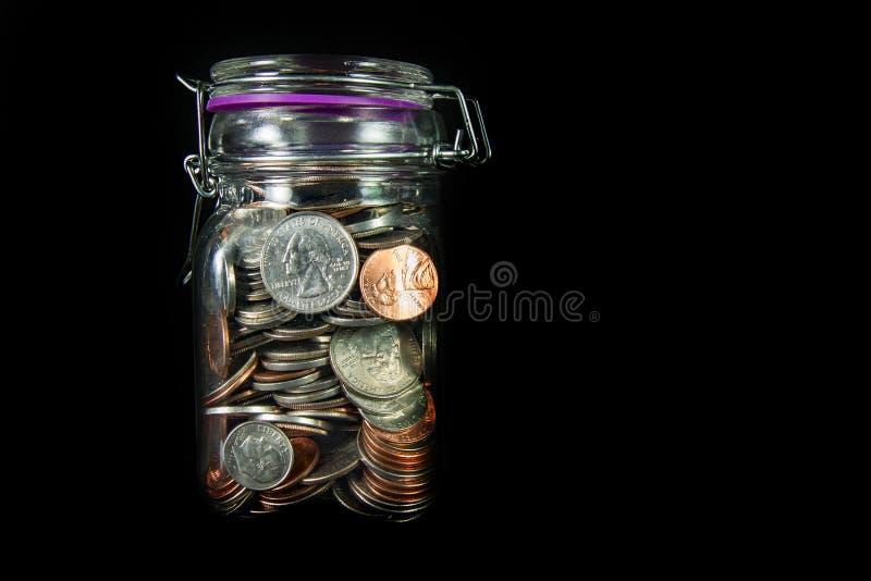 Münzen in Mason Jar lizenzfreie stockbilder