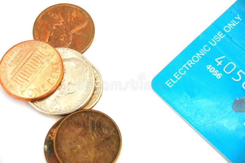 Münzen mit Kreditkarte stockfoto