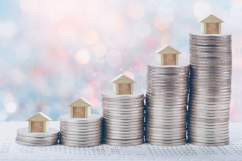 Münzen stapeln vor Bankkonto-Buch Spareinlagengeld des Münzenkonzeptkonzeptes für Eigentumsleiter, lizenzfreie stockfotos