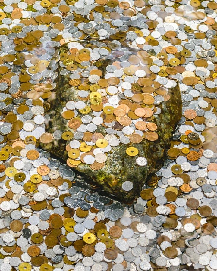 Münzen in Teich, silberner Pavillon Ginkakuji, Kyoto, Japan lizenzfreie stockbilder