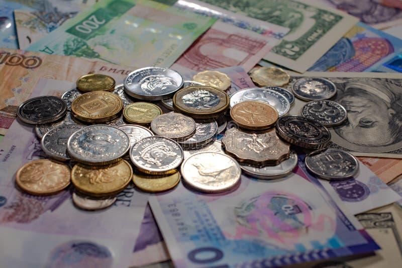 Münzen und Banknoten von verschiedenen Ländern Getrennt lizenzfreie stockfotografie