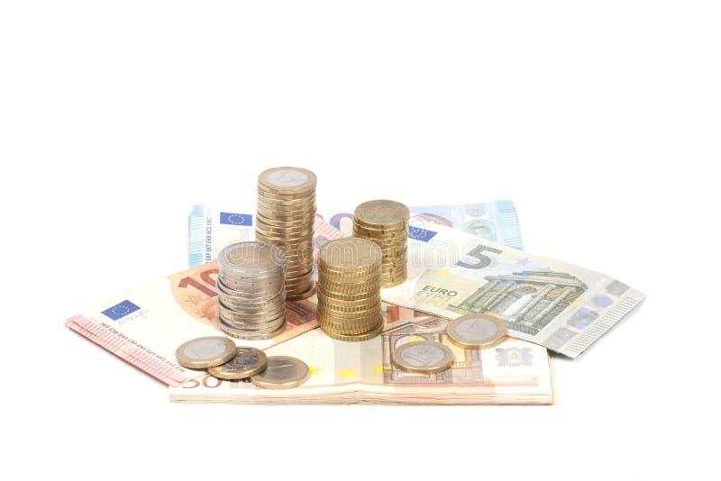 Münzen und Eurorechnungen lokalisiert im Weiß lizenzfreies stockfoto