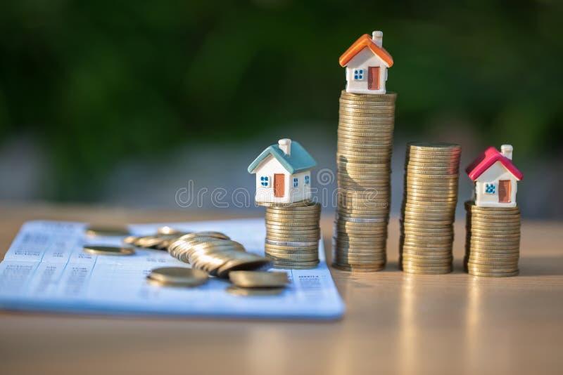 Münzen und Finanzbericht- oder Sparkontobuch auf Tabelle, Geschäft, Finanzierung, Rettungsgeld, Eigentumsleiter oder Hypothekenda lizenzfreie stockfotografie