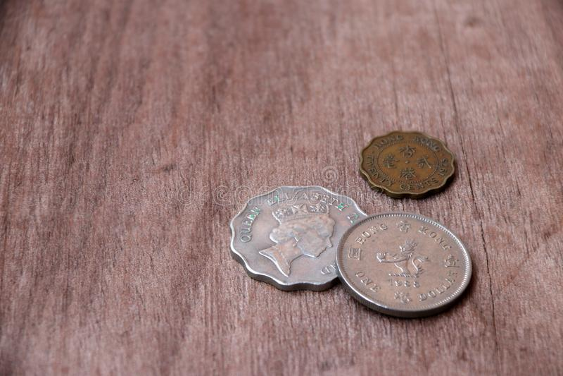 Münzen von Hong Kong auf dem Bretterboden stockfotos