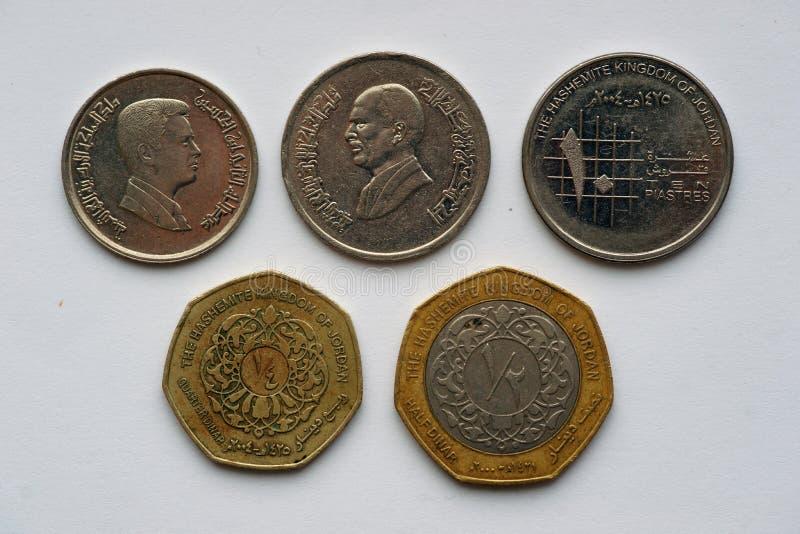 Münzen von Jordanien - Dinare und piastres lizenzfreie stockfotos