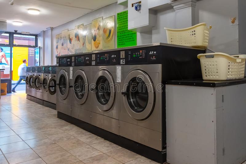 Münzenwäschereien und Stofftrockner in einem Selbstbedienung launderlette lizenzfreie stockbilder