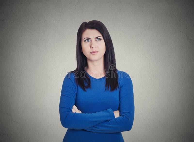 Mürrische gestörte, traurige, unglückliche, unbefriedigte junge Frau stockfoto