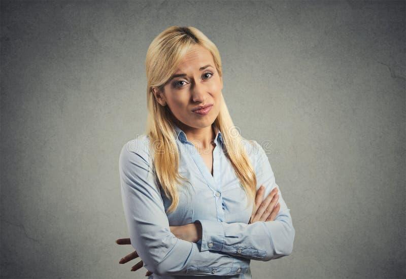 Mürrische skeptische Frau lizenzfreie stockbilder
