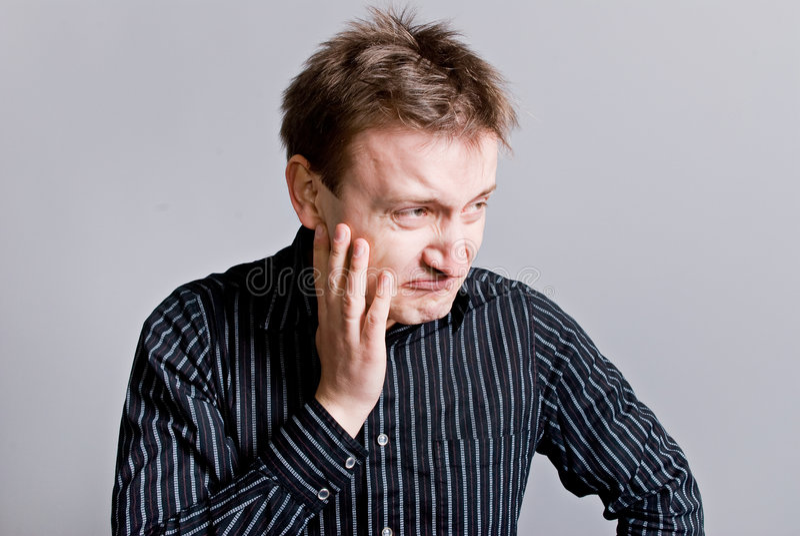 Mürrischer Mann mit dem unkempt Haar lizenzfreies stockbild
