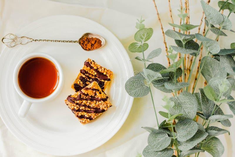 Müsliriegel backen, gesunder selbst gemachter Imbiss, Superfood-Bars mit Moosbeere, Kürbiskerne, Hafer, Chia und Leinsamen auf we lizenzfreies stockfoto