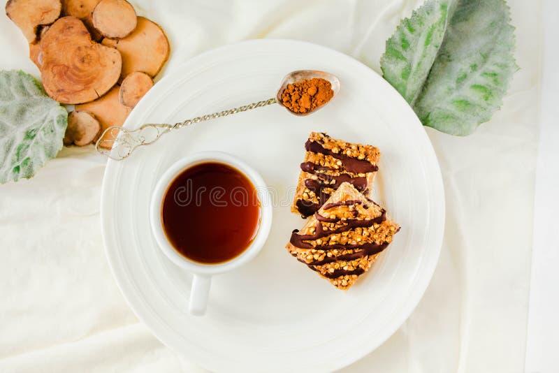 Müsliriegel backen, gesunder selbst gemachter Imbiss, Superfood-Bars mit Moosbeere, Kürbiskerne, Hafer, Chia und Leinsamen auf we lizenzfreie stockfotos