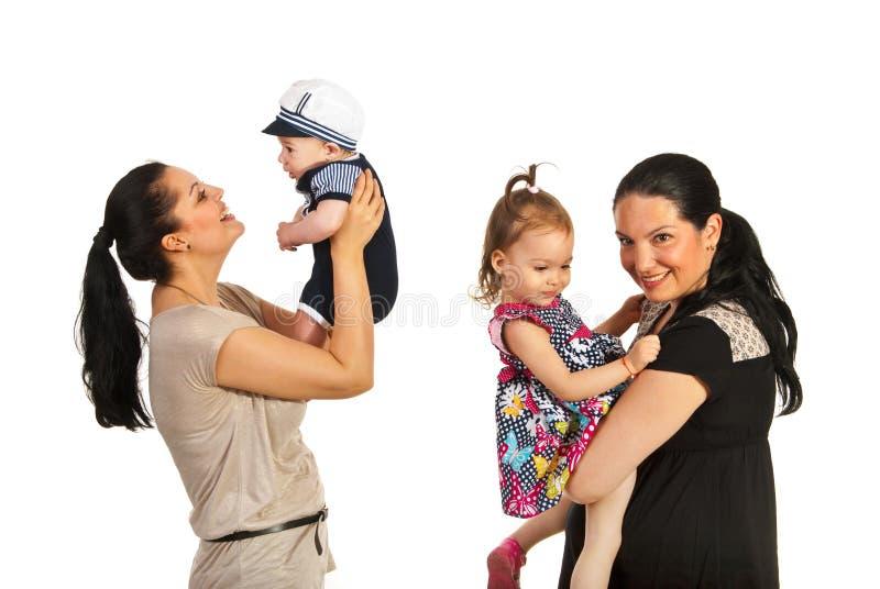 Mütter, die mit ihren Kindern spielen stockbild