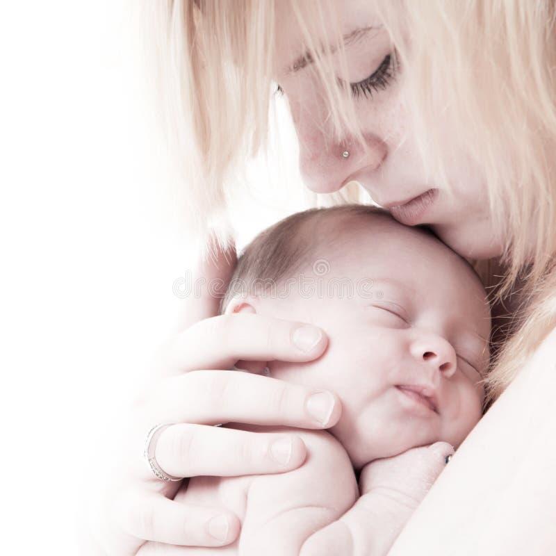 Mütter stellen und ihr kleines Kind gegenüber lizenzfreies stockbild