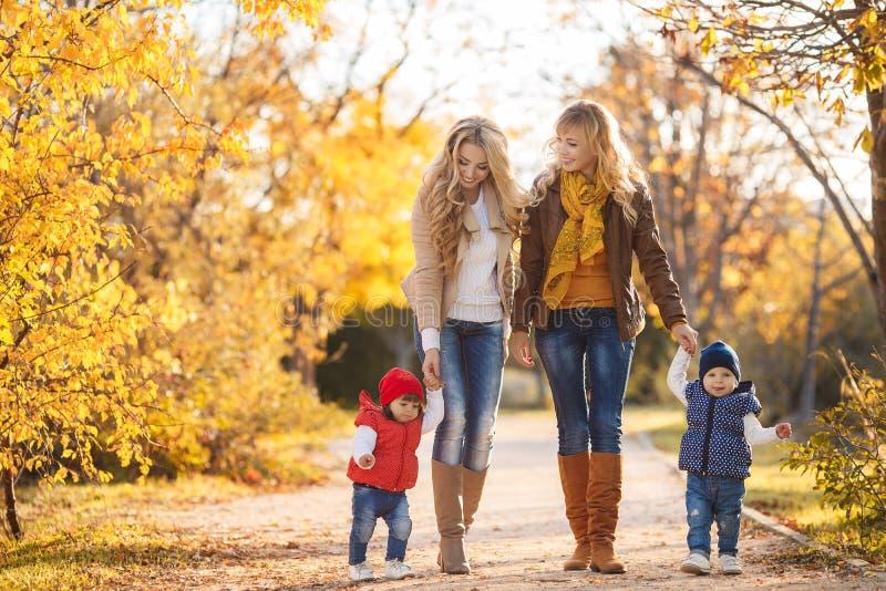 Mütter und Kinder im Herbstpark lizenzfreie stockbilder
