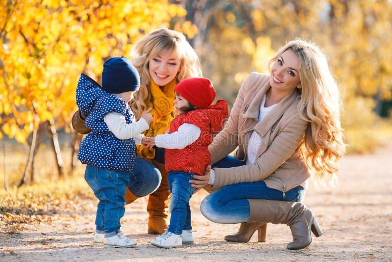 Mütter und Kinder im Herbstpark stockfotos